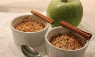 Як приготувати незвичайний крамбл з яблук та інших фруктів?