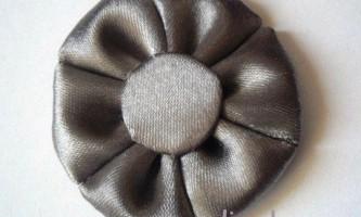 Як зробити простий квітка з атласної стрічки