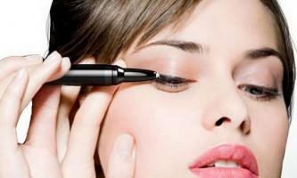 Красиво фарбуємо очі рідким підведенням і контурним олівцем