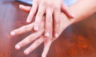 Чому тріскається шкіра на пальцях рук: причини і лікування