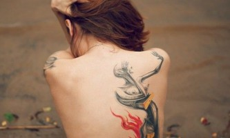 Приклади яскравих татуювань на жіночій спині