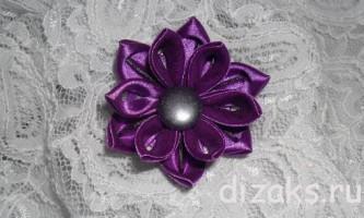 Простий квітка канзаші з атласної стрічки