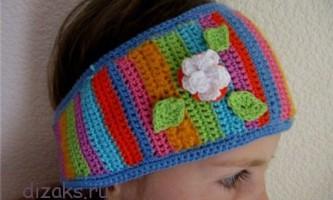 Різнобарвна в`язана пов`язка з об`ємними квітами для дівчинки
