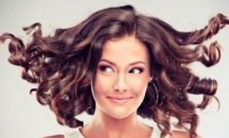 Шарм кучериків: зачіски на середні волосся з локонами