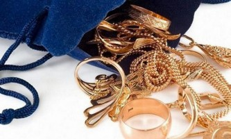 Повернемо блиск золотих прикрас: як чистити золото будинку